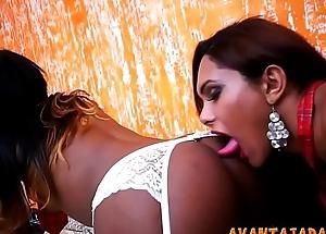 Travestis de pau grande fazendo sexo anal
