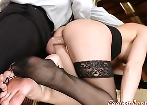 Glamcore rendezvous babe in arms enjoys footworship