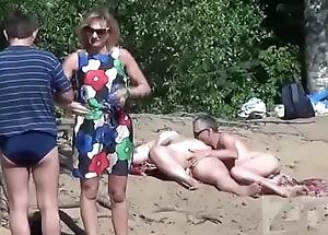Boquete na praia de nudismo 2 - videosadultos18.com