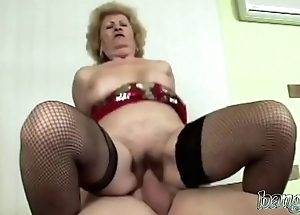 Ultimate beamy ass GILF takes in a throbbing monster